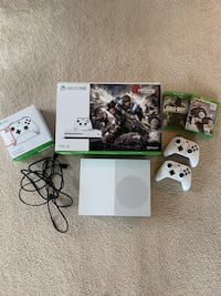 Xbox One S - 2 Controllers - 5 Games Issaquah