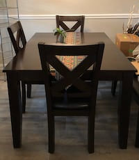 Expandable Table w/Hidden Leaf & 6 Cushioned Chairs - STURDY! Like new North Charleston, 29406