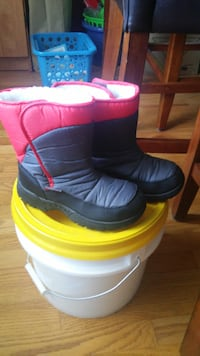 Boys snow boots Size 2 WAKEFOREST
