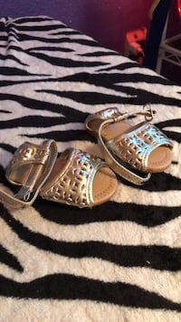 Pair of silver-colored open-toe sandals size 2 Abilene, 79603