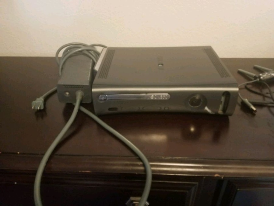 Photo Xbox 360 bundle with games, connect, Online internet adapter, 32' TV