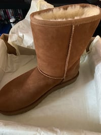 Ugg Classic Short 2 size 8 with Ugg cleaver Brentwood, 20722