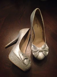 Size 8 silver bow heels Surrey, V3S 8X3