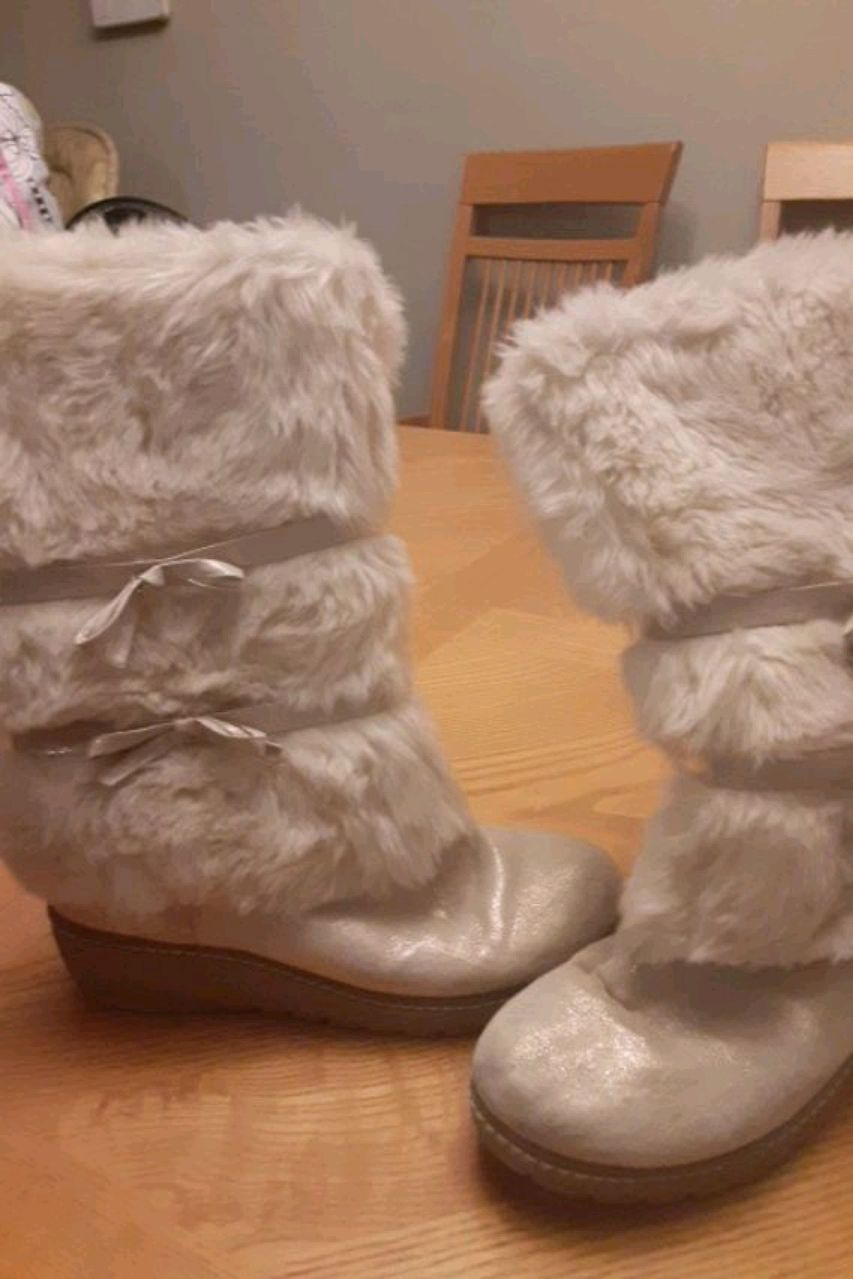 Photo Furry off white boot.The shoe has gold dusting bows are gold sz.4