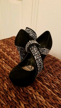 pair of black leather heeled shoes El Centro, 92243