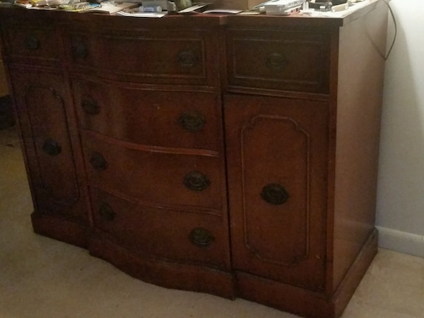 mahogany sideboard/dresser with 2 small drawers, 4 large drawers and 2 doors