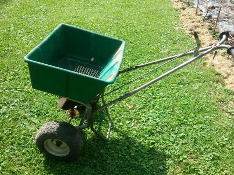 Lesco 80lb commercial lawn spreader  3