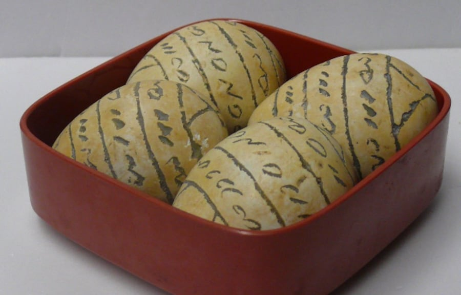 STONE EGGS FROM KENYA > SET OF 4 STONE EGGS FROM KENYA > (with container) 00148037-00af-4cf0-96ca-6ae99c560c42