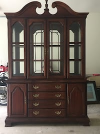 Beautiful Lexington China Hutch Excellent Condition 11 km