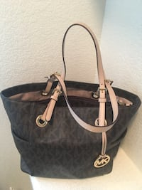 Michael Kors tote purse ( excellent condition don't use it no hole or scratches or anything wrong like brand new with no tag on it ) pick up only plz ... will go down to $60 Las Vegas, 89129