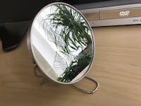 Foldable magnifying mirror