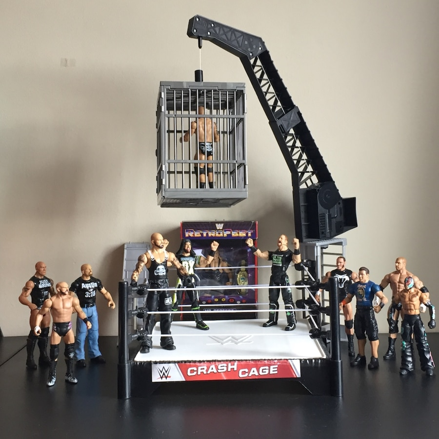 Photo WW Wrestling Action Figures w Crash Cage Ring!
