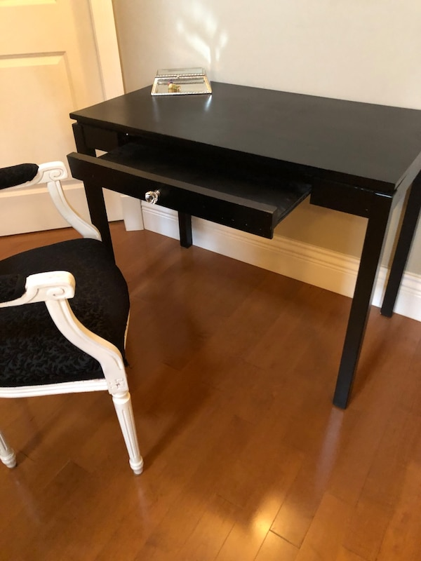 Desk and chair  ee40c120-c03e-40fe-9643-1559153b0d7a