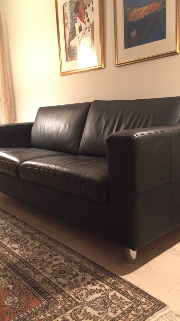 Sort skinn 2 seters sofa