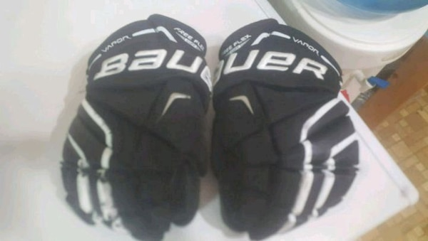 Child's size S Bauer hockey gloves
