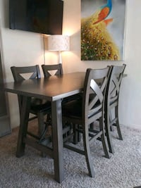 Nice dining/ kitchen table
