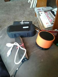 2 Bluetooth speakers 2 portable chargers Porterville, 93257