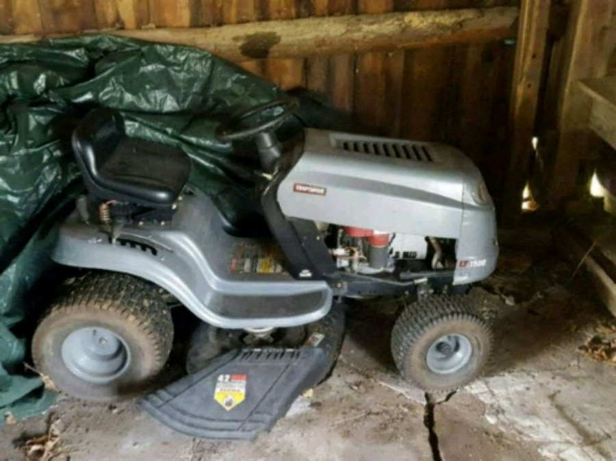 Photo Gray and black Craftsman ride on mower