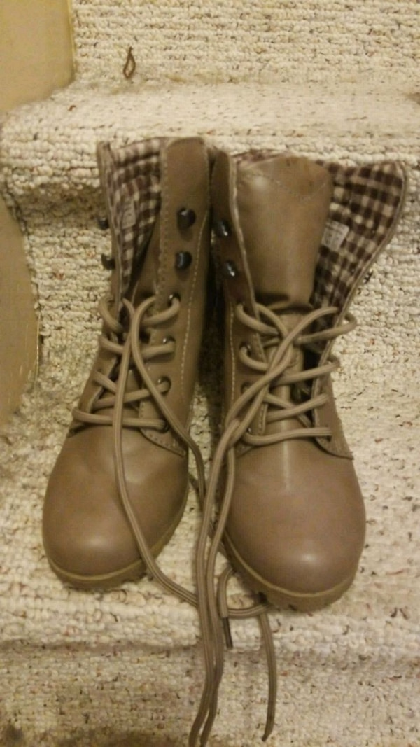 pair of brown leather boots 0c5e70f5-509f-41d4-bdcc-3021911726d3