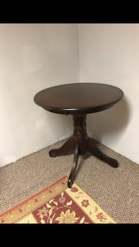 round brown wooden pedestal table Gaithersburg, 20878