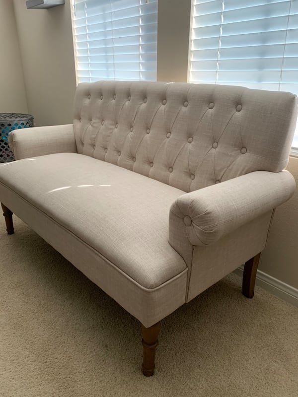 Accent couch d5f722c2-d5f4-4dd1-a1e6-f702a2a3083b