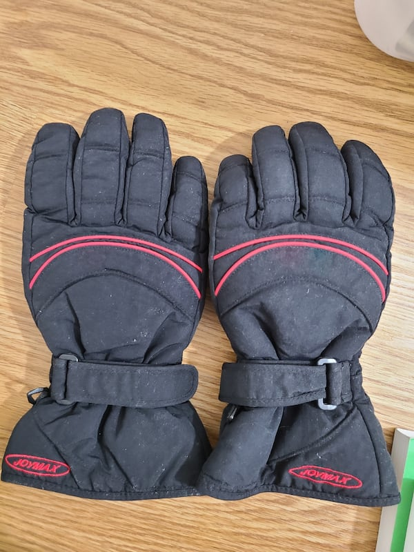 ski gloves and winter gloves    0