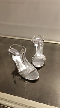 pair of silver peep-toe pumps Vaughan, L4K 5G8