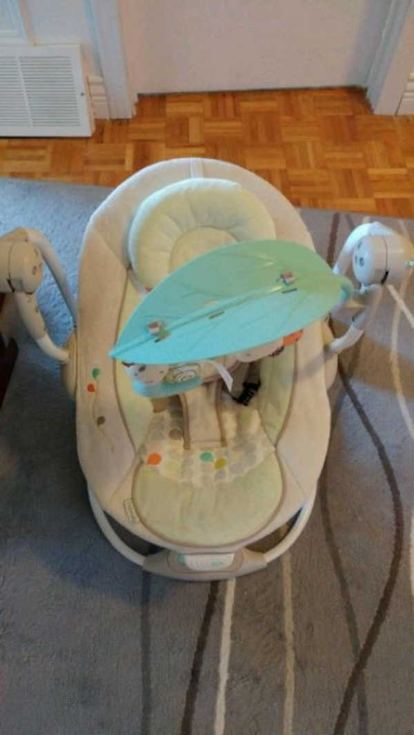 baby's white and gray swing chair 2b97be4c-98cb-4af5-8bd1-43c6e4efde24