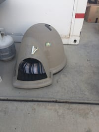 Small Igloo dog house with bed Bakersfield, 93312