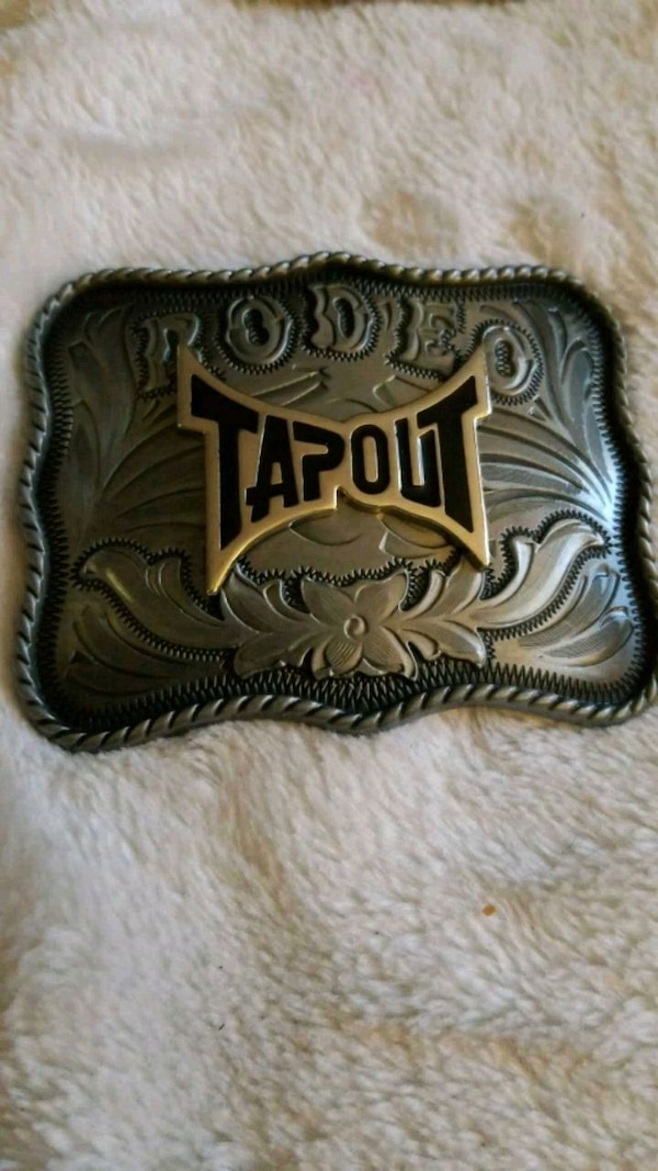 gray and black Tap Out belt buckle