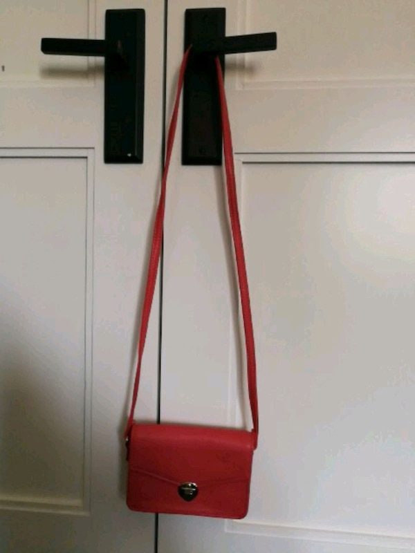 Used red and white leather crossbody bag for sale in Toronto - letgo da7db94d1f965