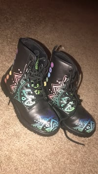 pair of black-and-green sneakers Milton, 30004