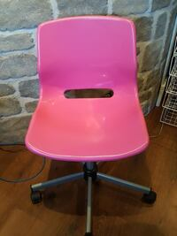 pink and black rolling chair