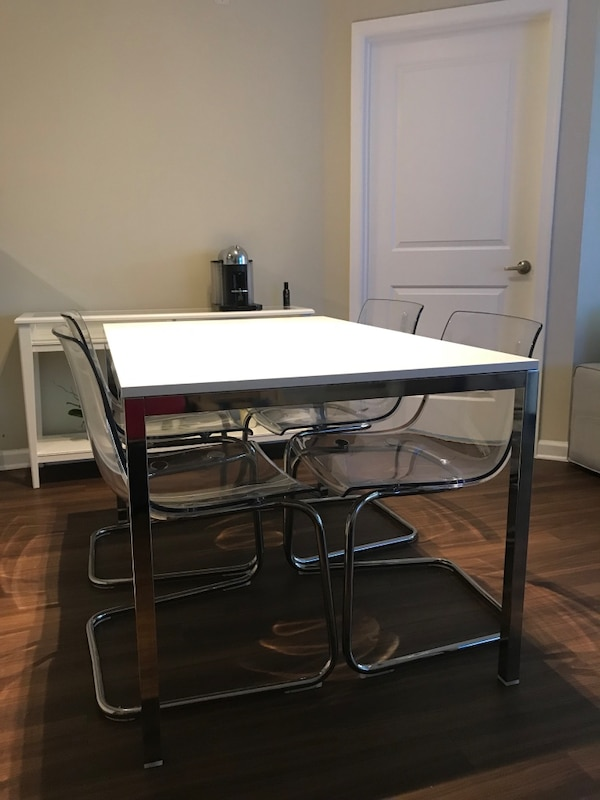 Rectangular table, high gloss white, chrome plated + 4 chairs, clear, chrome plated.