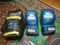 pair of blue Lonsdale boxing gloves Londra, NW11 7ES