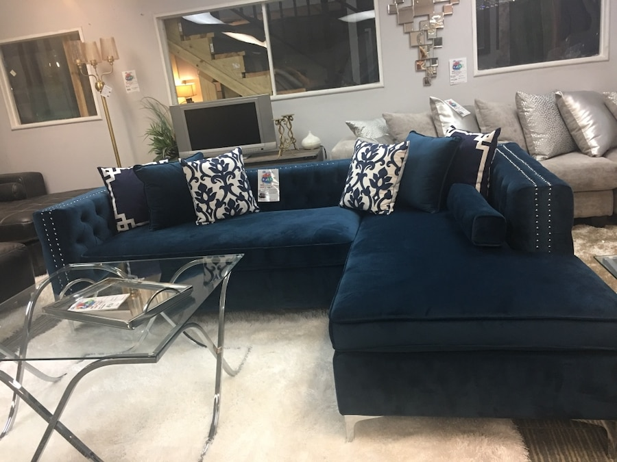 used tufted velvet sectional with accent pillows brand new colors rh gb letgo com