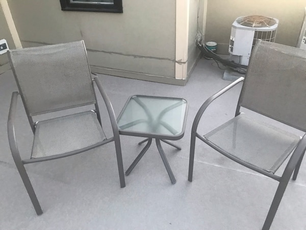 Two gray metal framed white padded armchairs e48bd5d1-4c40-44dc-864c-aa040de374cf
