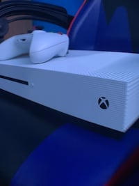 Xbox One S (WITH WHITE CONTROLLER AND CORDS) Windsor, N8X 4E2