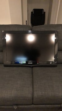 Samsung 32 inch mint condition comes with base and original box Pickering, L1W
