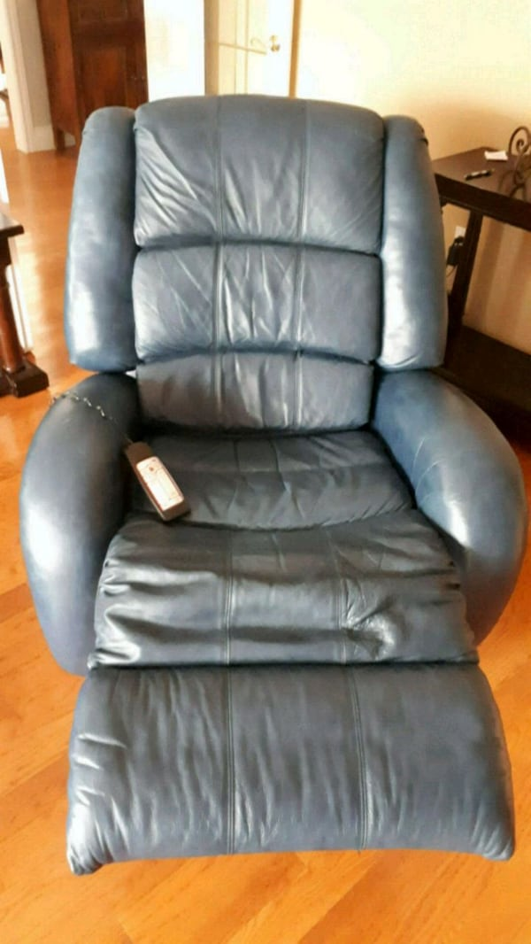 black leather padded rolling chair e82d38ad-9f88-4e43-9308-004797a71203