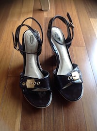 Dr school's brown patent shoes with ankle strap size 7, excellent condition, very comfortable . Brossard, J4Y 2J7