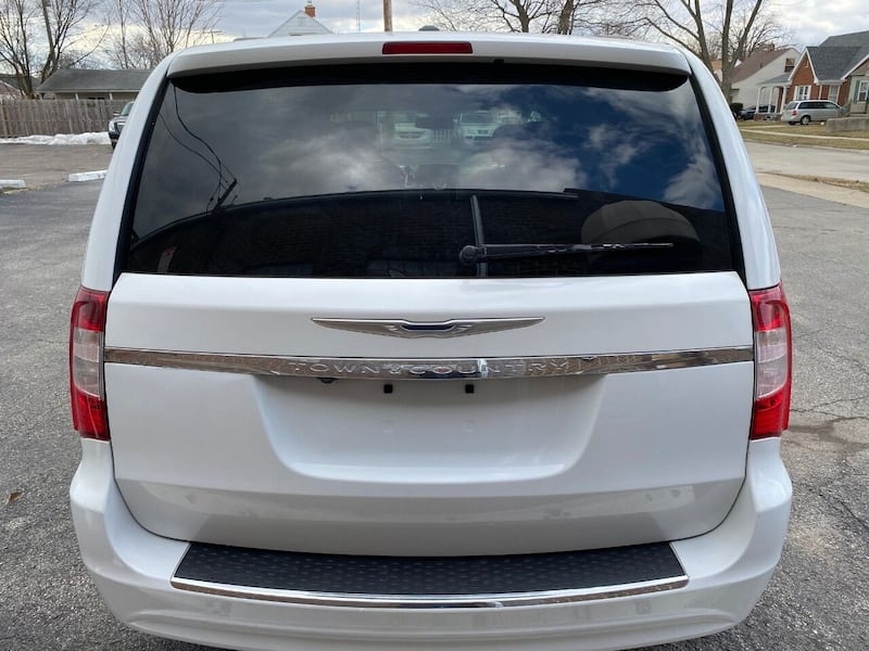 Chrysler-Town and Country-2014 4