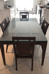Table and chairs height 31 inches, width 42 , length 72 inches Montréal, H1E 3Y1