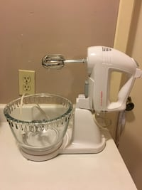 White sunbeam stand mixer with glass bowl