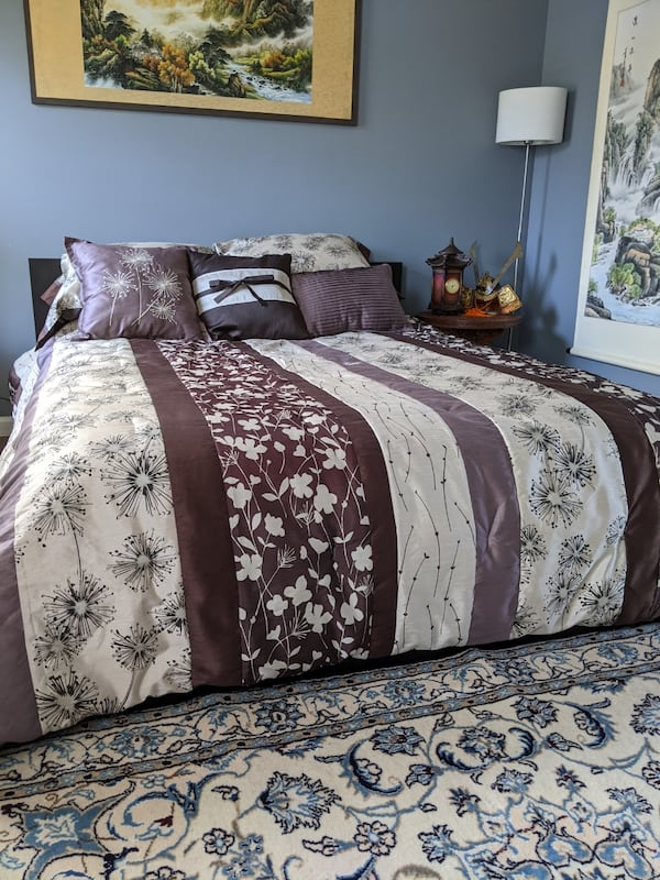 Queen bed with mattress, comforter, 5 pillows with covers d97ccaef-3698-4105-a1d8-1484988ef4bf