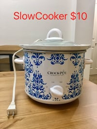 white and blue Crock-Pot slow cooker