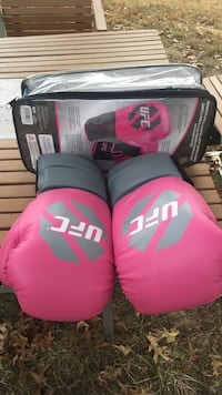 Pair of pink UFC boxing gloves 41 km