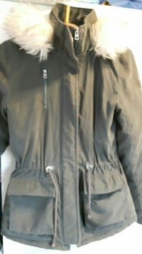svart zip-up parka frakk