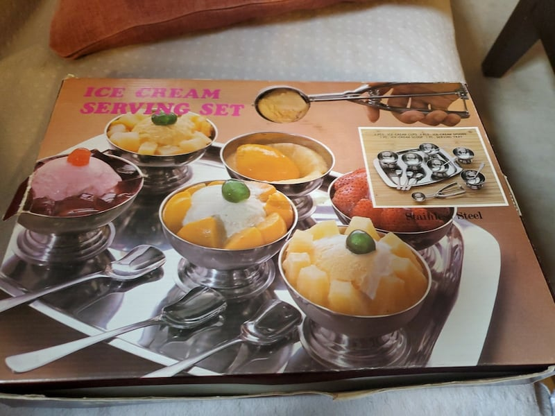 Stainless steel ice cream cups and spoons  ef385e8a-7c61-4214-a402-ebb840ebd8db
