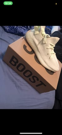 unpaired white adidas Yeezy Boost 350 v2 shoe with box Toronto, M6G 4C6